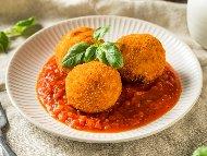 Италиански оризови кюфтенца аранцини с доматен сос маринара